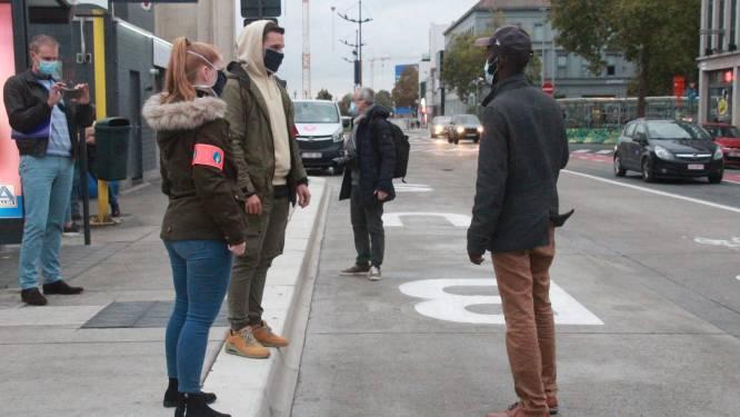 Politie controleert in burger op dragen van mondmasker busreizigers