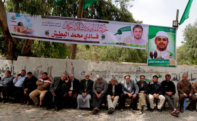 Mensen verzamelen zich in het Palestijnse dorp Jabalia aan de woning van al-Batsh om er om de man te rouwen.