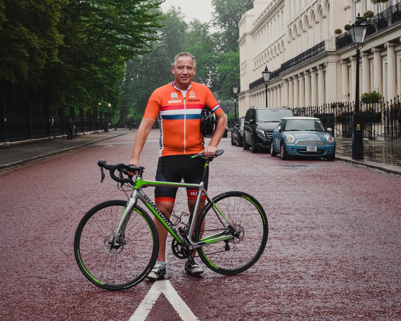Marcel Levi in wielertenue in Londen. Hij gaat op de fiets naar zijn werk. Beeld Carlotta Cardana