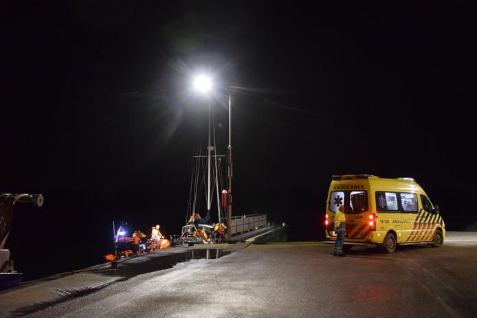 De zeilboot werd naar Brouwershaven gesleept.