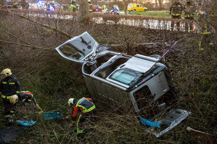 Het busje dat van de Kalkovenweg raakte.