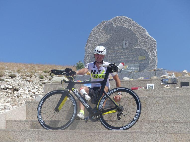Philippe Vandeputte aan het beeld van Tom Simpson op de Mont Ventoux.