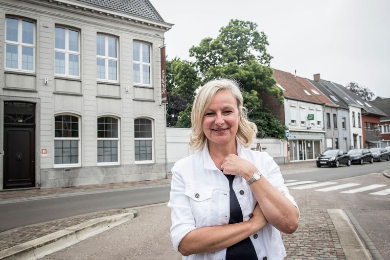 Sylvie Billiet aan het Sleutelhuys. Rechts achter haar zie je de leegstaande frituur.