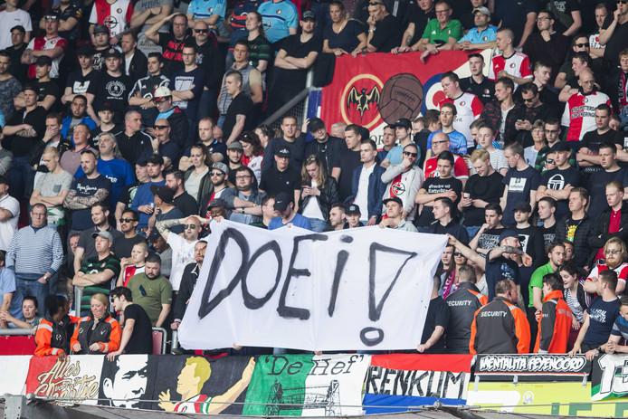 Feyenoordsupporters wensen FC Twente degradatie toe tijdens de 1-3 verloren wedstrijd tussen FC Twente en Feyenoord.