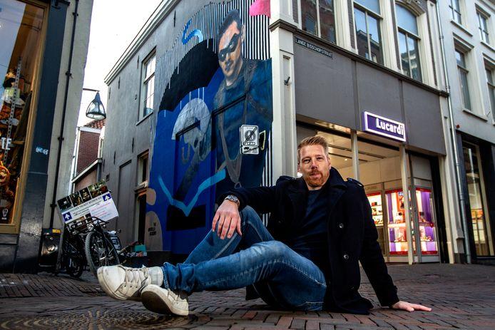 Deze foto maakte Ronald Hissink in februari 2019. Kunstenaar Wiljo Damstra Rouwenhorst aka Will-Yoow voor de door hem geschilderde 'Netflixmuur'.