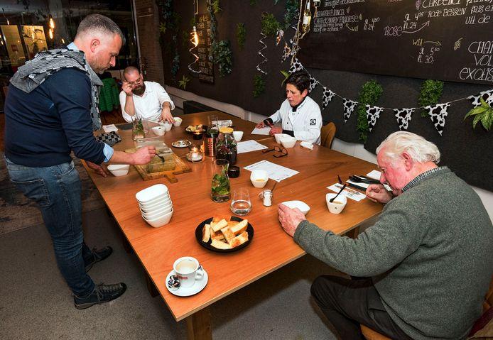 Snertwedstrijd 2020: De driekoppige jury bestaande uit chef-kok Niels Verburgt, keurslager Gineke van Kesteren en Woerdenaar Rijnsbergen keuren de inzendingen. Voorzitter van de winkeliersvereniging Richard Stouthart (links) serveert de snert.
