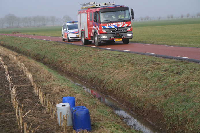 Politie en brandweer rukten uit voor vier gedumpte vaten in de buurt van Ravenstein.