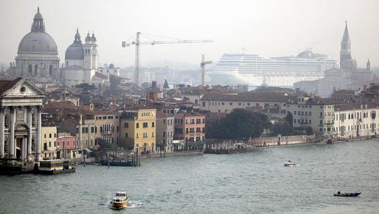 Venetië, met op de achtergrond een groot cruiseschip. Beeld reuters