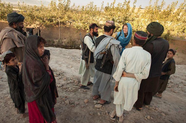 Bette Dam (met blauwe hoofddoek) in Afghanistan Beeld Joel van Houdt