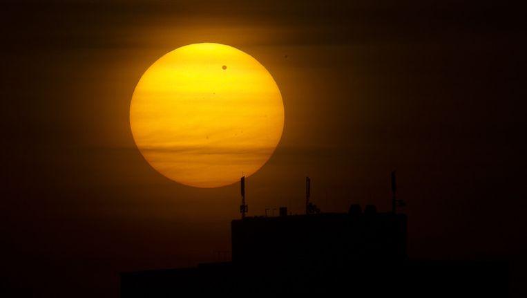 De Venusovergang vanochtend na zonsopkomst gefotografeerd vanuit Berlijn. Beeld null