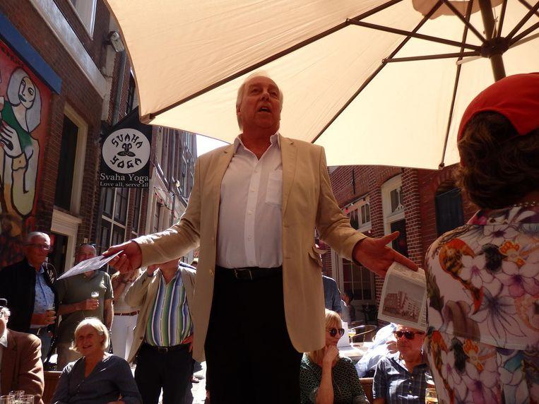 Nick van Gasteren (zanger/tandarts) spreekt Teun van Veen toe, lekker kort. Hij wel Beeld Schuim