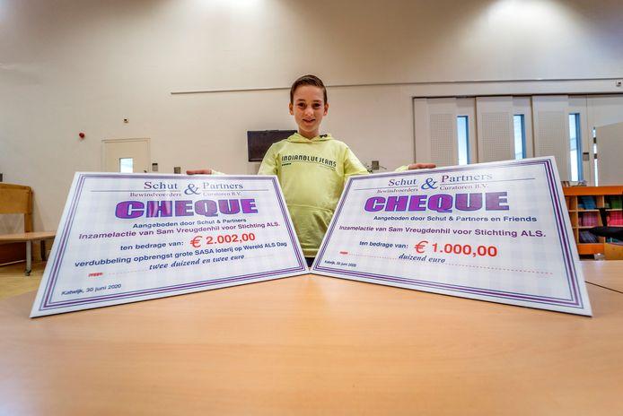 Sam Vreugdenhil krijgt van Arie Krijgsman en Martina Schut twee cheques voor zijn ALS inzamelingsactie.