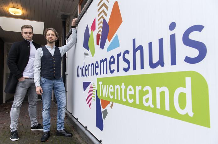 Cars Bijlstra (links) en Rik Pape, de kartrekkers van Jong Ondernemend Twenterand (JOT), bij het pand van Ondernemershuis Twenterand in Vriezenveen.