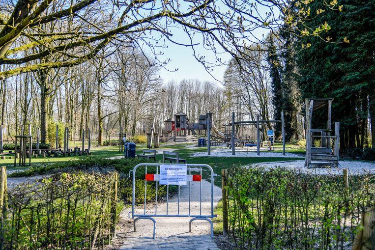 De speeltuin in het Bospark is een trekpleister op zonnige lentedagen, maar door de coronacrisis werden alle speeltuinen verplicht afgesloten.
