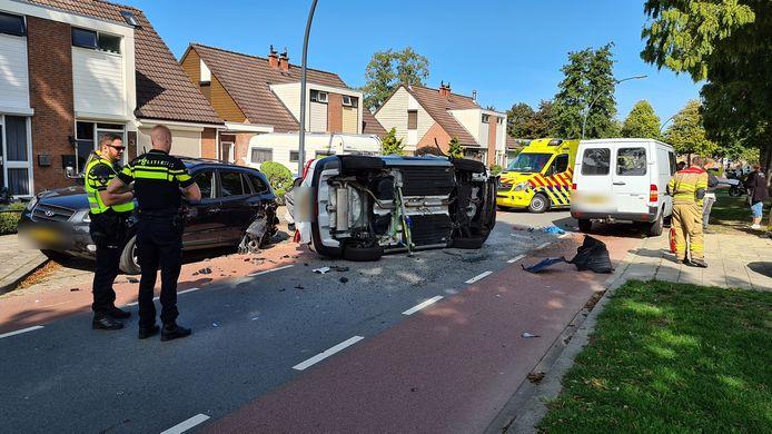 Op de Didamseweg in Zevenaar is een automobilist donderdagmiddag tegen twee auto's gebotst en op zijkant tot stilstand gekomen.