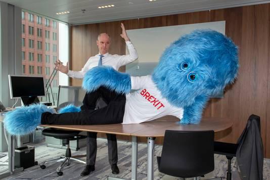 Minister Blok met het blauwe beest.