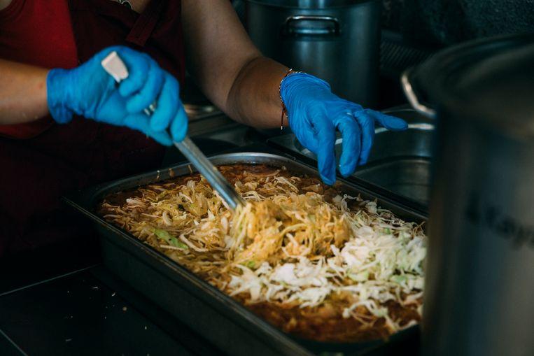 Er worden veel traditionele gerechten gekookt, zoals een gerecht met witte kool. begonnen.  Beeld Waldthausen Marlena