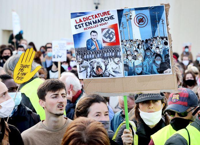 Demonstranten in Bordeaux vinden de omstreden wet neigend naar een dictatuur.