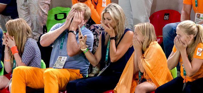 Koning Willem-Alexander, koningin Maxima en de prinsesjes Amalia, Alexia en Ariane reageren op de tribune ontzet na de val van Epke Zonderland.