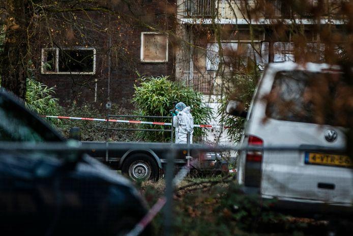 Politiefunctionarissen doen onderzoek in het vervallen Rhederhof nadat een kraker daar dinsdagochtend brandbommen had gegooid en vervolgens door de politie was neergeschoten.