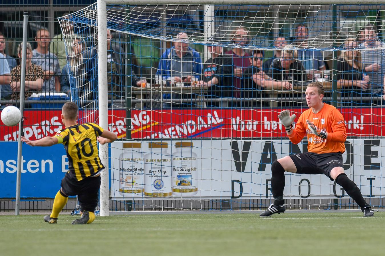 GVVV-doelman Johan Jansen, hier in actie tegen Rijnsburgse Boys, was de meest regelmatige spelers in de selectie van de Veenendalers.