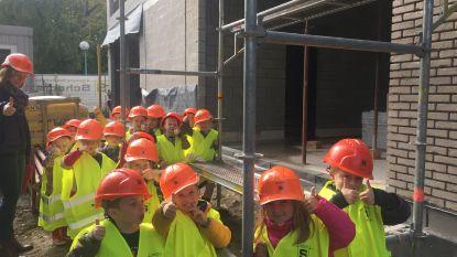 Kleuters volgen bouwproces van hun nieuwe school op de voet op