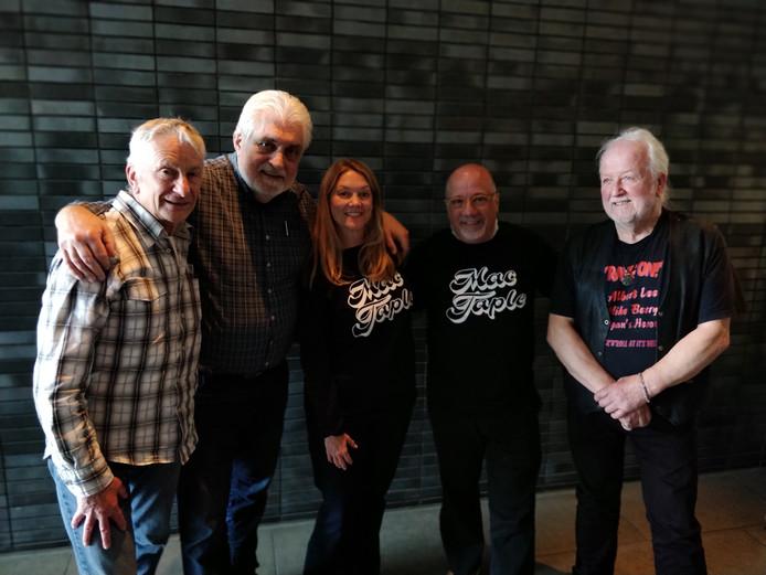 Leden van de band Mac Taple en hun Amerikaanse naamgenoten (vlnr): Jan van Riet, Peter Visser, Susan Mack Taple, Loren Taple en Jos van den Dungen.