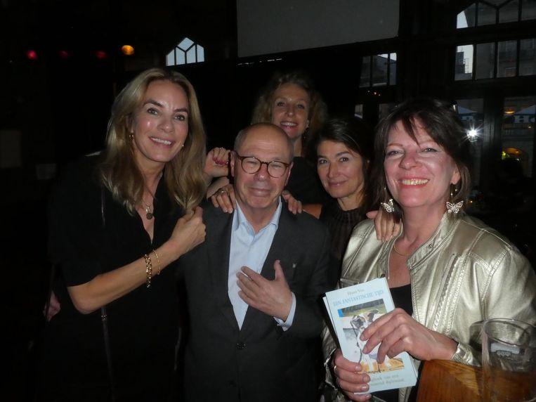 Schrijver Max Pam wilde niet op de foto, later alsnog. Met journalisten Barbelijn Bertram, Elleke van Duin, Astrid Theunissen en Annelies Putman Cramer (Fair Focus). Beeld Hans van der Beek