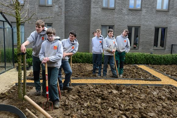 Leerlingen van de Wijnpers leggen de tuin in woon- en zorgcentrum De Wingerd aan.