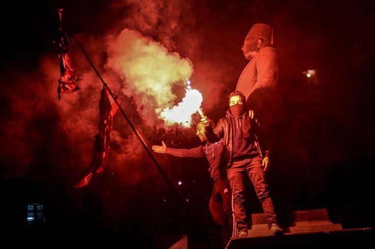Egyptenaren protesteren op het Talaat Harb-plein in Caïro tegen het militaire bewind. Beeld getty