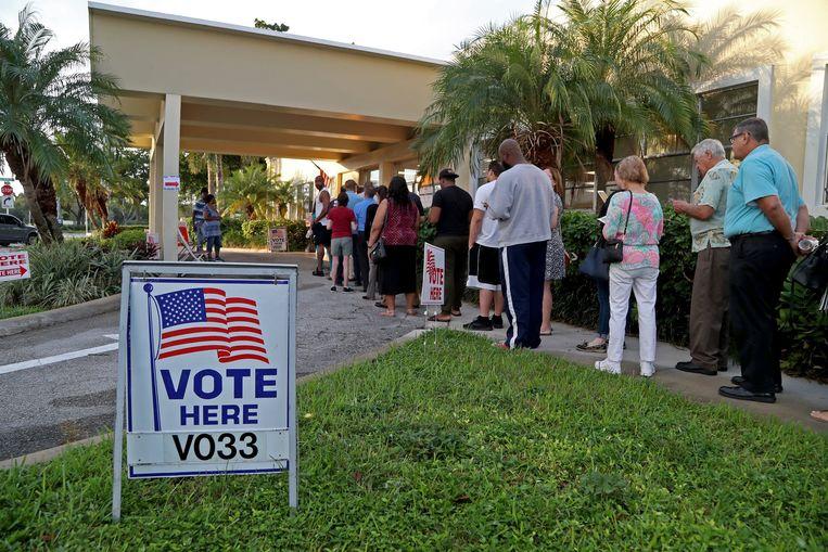 Mensen staan in de rij in Hollywood in Florida om hun stem uit te brengen. Aan het einde van de dag roepen politici iedereen met de hashtag #stayinline op om zelfs als de stembureau's officieel al gesloten moeten zijn, in de rij te blijven staan: iedereen die op het moment van sluitingstijd nog aan het wachten was, heeft het recht zijn stem alsnog uit te brengen.