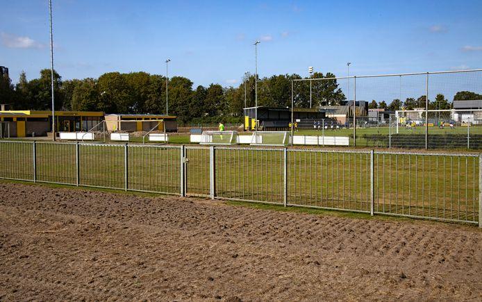 De gemeente  Helmond heeft de oude velden helemaal laten bewerken en die zijn nu door hekken van sportpark Houtsdonk gescheiden.
