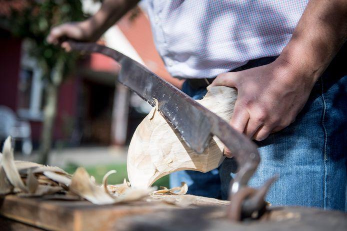 Handmatig klompen maken wordt volgens oud-kampioen Gerald Getkate vooral beoefend door veertigers, vijftigers en zestigers.