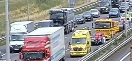 Vrachtauto in botsing met twee auto's op A12 bij Duiven: file lost op, weg weer vrij