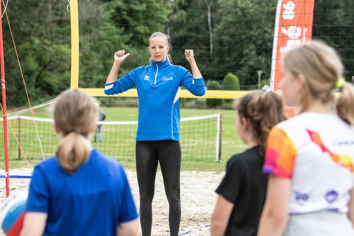 Internationaal beachvolleyballer Katja Stam (21) gaf eerder in Baarn een clinic aan de jeugd van een lokale volleybalvereniging.