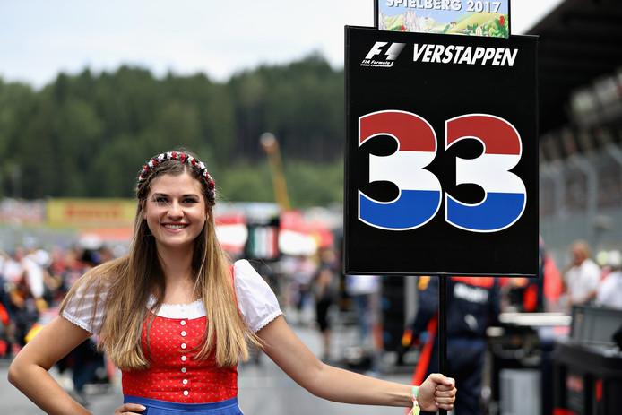 De grid girl bij de wagen van Max Verstappen tijdens de grand prix van Oostenrijk.