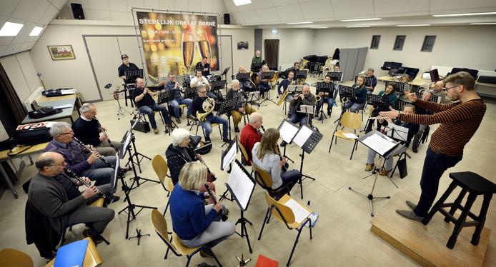 In het clubhuis aan de Burenweg wordt al volop gerepeteerd voor de grote muziekshow op 2 november.