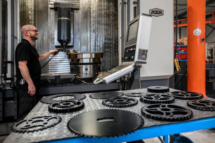 Een medewerker van BMC in Drunen slijpt metalen producten.