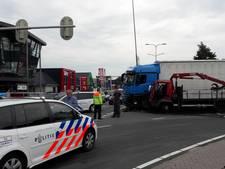 Vrachtwagens botsen op elkaar op Rondweg-West Veenendaal