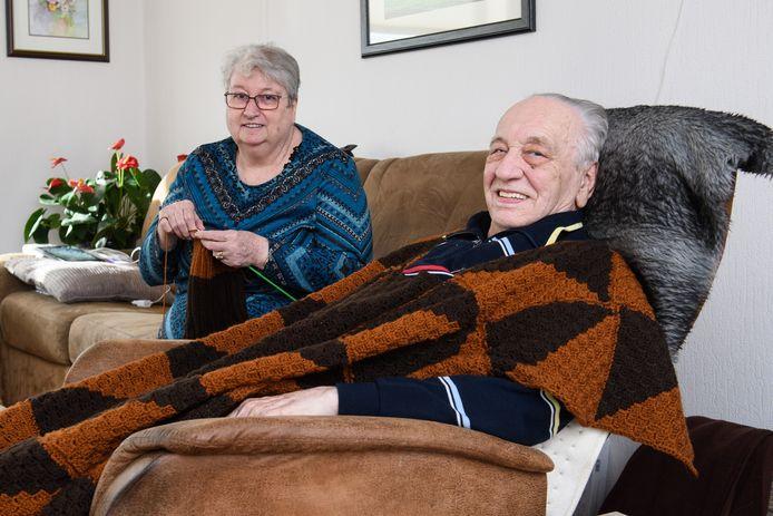 """Jennie en Jan Olthof zorgen al tientallen jaren voor elkaar. """"Als Jan alleen maar even zucht weet ik al hoe hij zich voelt."""""""