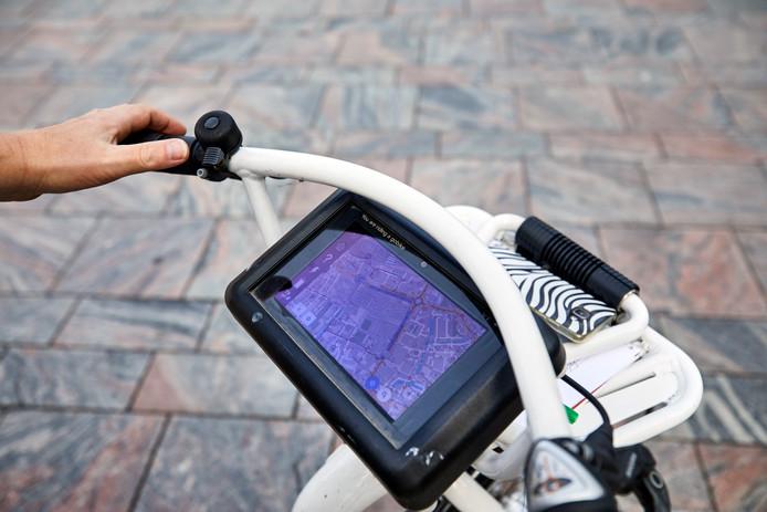 De witte fietsen kunnen een snelheid van 24 kilometer per uur bereiken en bij het stuur zit een tablet.