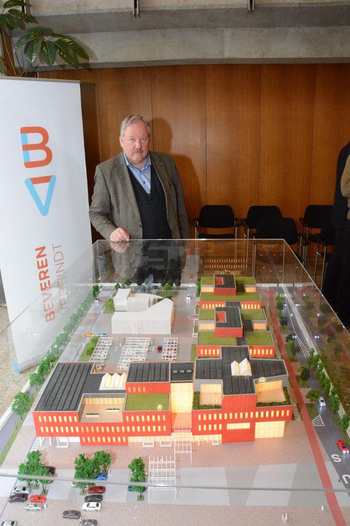 Burgemeester Marc Van de Vijver aan de maquette in het gemeentehuis.