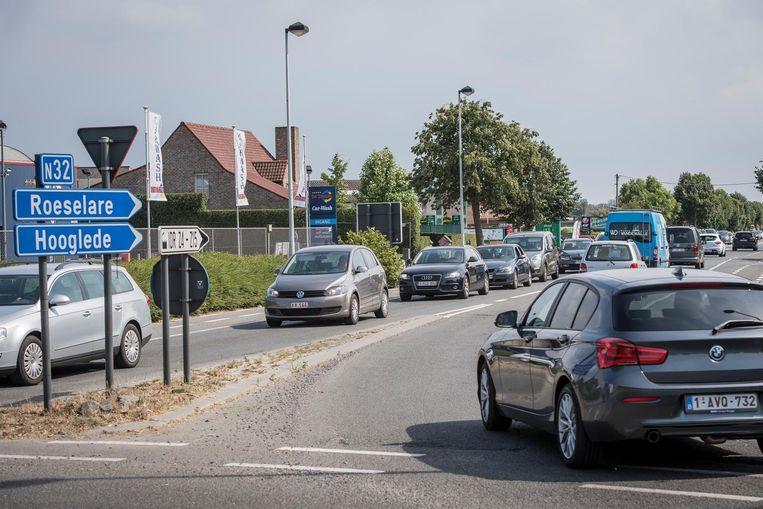 Het verkeer stropt steevast aan de rotonde van de Roeselarebaan en de Koolskampstraat.