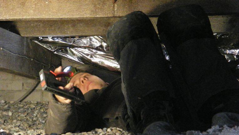 Begin januari: in de kruipruimte wordt vloerisolatie aangebracht. Inmiddels bespaart me dat zo'n 50 m3 gas per wintermaand. Beeld Vincent Dekker