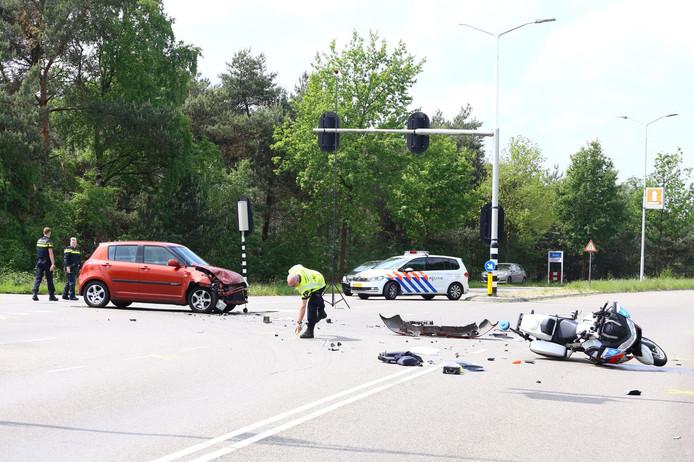 Een motoragent is geraakt door een auto op de afslag van de A58 bij Best.
