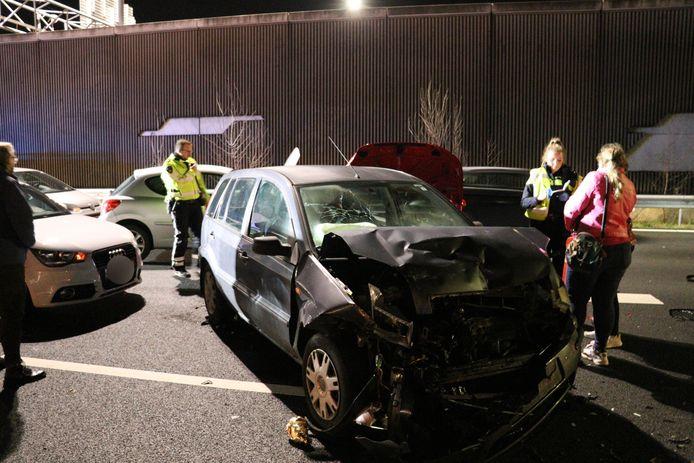 Chaos op de A2 bij de Leidsche Rijntunnel in Utrecht na een ongeluk met meerdere voertuigen.