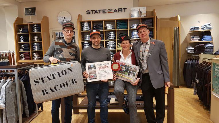 Op de foto zien we Bart Debbaut en verkoopster Rita Es van De Gouden Schaar, Jo Uytterhoeven van Station Racour en de tienduizendste klant Frederik Tack uit Landen.