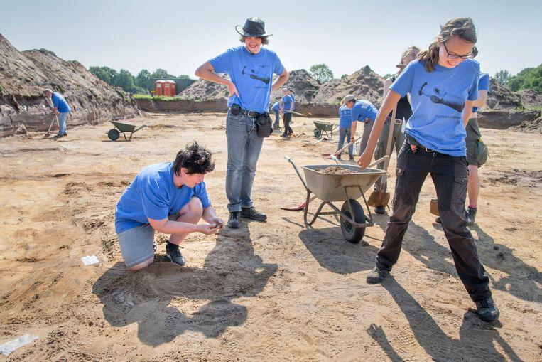 Begeleid door studenten en professionele archeologen helpen hobbyisten mee bij de opgravingen in Dalfsen. Beeld Herman Engbers