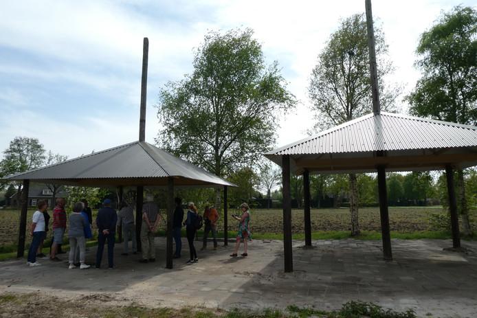 De twee eenroeders met golfplaten dak die Dré Quirijns heeft teruggebouwd bij zijn boerderij aan het Schellekesveld in Berlicum.