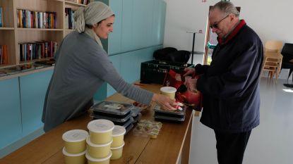 Gesloten dienstencentra bedelen maaltijden onder eters